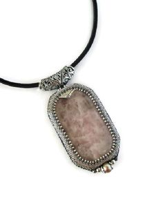 Collier Pendentif Brodé Quartz rose et perles grises, Collier Art déco de la boutique BoutonetChiffon sur Etsy