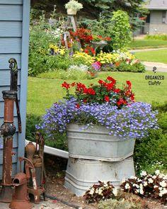 2019 Annual Junk Garden Tour - Flower Garden İdeas İn Front Of House Garden Junk, Garden Planters, Garden Art, Garden Design, Garden Ideas, Planter Beds, Raised Planter, Vintage Garden Decor, Primitive Garden Decor