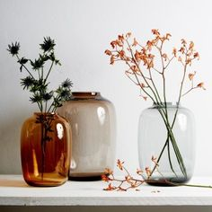 Nostalgischer Blickfang: Große Vasen machen sich besonders gut mit filigranen, hoch gesteckten Blumenarrangements.  Um 91 Euro von corotosmarket.com