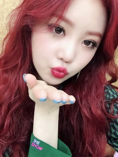 Discover recipes, home ideas, style inspiration and other ideas to try. Kpop Girl Groups, Kpop Girls, Idol, Peinados Pin Up, Soyeon, Fandoms, Grunge Hair, Aesthetic Gif, Aesthetic Black