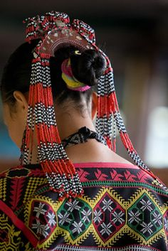Ethnic Filipino Accessory: Filipino aesthetic art shown through an accessory on for the hair/head. Notice the color, pattern and very beautiful beadwork. Filipino Art, Filipino Tribal, Filipino Culture, Philippines Fashion, Philippines Culture, Cebu, Filipiniana Dress, Filipino Fashion, Mindanao