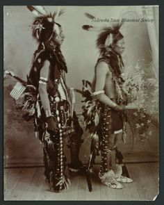 Henry Poor Buffalo (слева) и Hineman Sitting Weasel, Сиу, в костюмах Танца Омаха. Период 1890 годов.