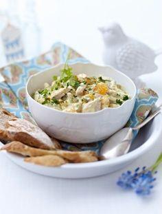 Curry-Geflügel-Salat mit Mandarinen Rezept: Mandarinen,Salatcreme,Vollmilchjoghurt,Salz,Pfeffer,Curry,Schnittlauch,Kerbel,Hähnchenkeulen
