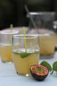 """Het lekkerste recept voor """"Limonade van vlierbloesem met passievrucht"""" vind je bij njam! Ontdek nu meer dan duizenden smakelijke njam!-recepten voor alledaags kookplezier! Fruit Drinks, Dessert Drinks, Smoothie Drinks, Healthy Drinks, Smoothies, Healthy Recipes, Cocktails To Try, Cocktail Drinks, Party Drinks"""