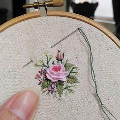 new brazilian embroidery patterns Brazilian Embroidery Stitches, Types Of Embroidery, Rose Embroidery, Hand Embroidery Stitches, Silk Ribbon Embroidery, Embroidery Techniques, Cross Stitch Embroidery, Embroidery Patterns, Embroidered Flowers