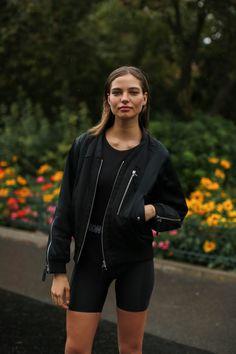 Paris Fashion Week lo stile e il look delle modelle Ootd Fashion, Daily Fashion, Fashion Outfits, Street Fashion, Paris Fashion, Cute Summer Tops, Haute Couture Dresses, Running Leggings, Professional Women