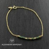 Bracelet toute en finesse, monté sur chaîne en plaqué or?, petite barette de perles de rocaille au centre.Couleur : or et vert oliveFermoir : 2 niveaux pour bien s'ajuster