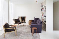 Belgijski architekt Hans Verstuyft postanowił zamieszkać w penthousie wieńczącym biurowy budynek w Antwerpii. Dwupoziomowe mieszkanie podzielił na część biurową i mieszkalną.   Dodatkowym atutem apartamentu jest wewnętrzne patio z ponad 35-letnim drzewem oraz basen znajdując