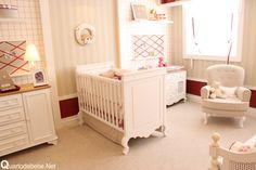 quarto de bebê vermelho, bege e branco