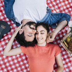 Vista superior de concepto de amor y picnic Foto gratis