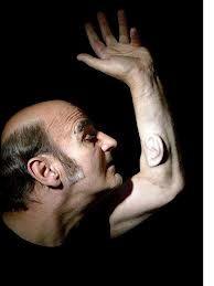 La Tercera Oreja. Sterlac, 2008. He aquí un ejemplo de Body Art, una corriente dentro de las últimas tendencias que se caracteriza por utilizar el propio cuerpo para representar su obra de arte. Sterlac, va más allá que ningún otro artista de este estilo implantándose una oreja de cartílago humano en su brazo, no ha habido nada más innovado, provocador y rompedor en toda la historia del arte.