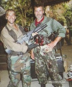 Predator - Behind the scenes photo of Arnold Schwarzenegger & Sven-Ole Thorsen Predator Movie, Alien Vs Predator, The Expendables, Best Action Movies, Great Movies, Sylvester Stallone, Fantasy Movies, Sci Fi Movies, Sven Ole Thorsen