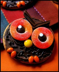 Wise Old Owl Cookies: You need Chocolate Frosting, Chocolate Jimmies, Chocolate Twizzlers, Peach Rings & Reese's Pieces. Cookies Et Biscuits, Cake Cookies, Sugar Cookies, Owl Cakes, Cupcake Cakes, Ladybug Cakes, Fruit Cakes, Yummy Treats, Sweet Treats
