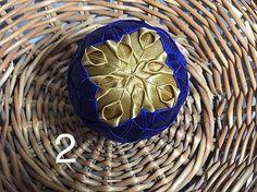 vianočné patchworkové gule modro-biele so starozlatou