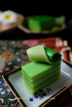 Butter Flour & Me Love Xinlingzhiyue: nine Nyonya pandan cake Asian Snacks, Asian Desserts, Sweet Desserts, Chinese Desserts, Thai Dessert, Dessert Drinks, Dessert Recipes, Malaysian Cuisine, Malaysian Food