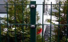 Zaunpfosten in Farbe Grün. Aus Rechteckrohr 60/40/2 mm, mit Kunststoff-Distanzhaltern und Edelstahl V2A Befestigungsschrauben. Weitere Informationen finden Sie in unserem Shop.
