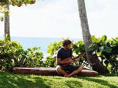 """Jack Johnson ukelele Maui  - Você já conferiu o regresso de Jack Johnson com o novo disco """"All the Light Above It Too""""? Descubra o disco aqui em http://mundodemusicas.com/novas-musicas-de-jack-johnson/"""