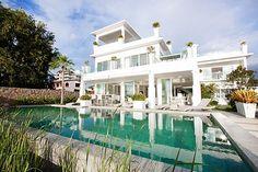 Deze zevenkamer villa Na Jomtien ligt paal aan het strand en u wordt betoverd door je omgeving. Deze villa is het neusje van de zalm, voor wat betreft, luxe en comfort. Zodra u een stap doet in de achtertuin van de villa bent u aan het Na Jomtien. De villa bietd mooie aangelegde gazons en…