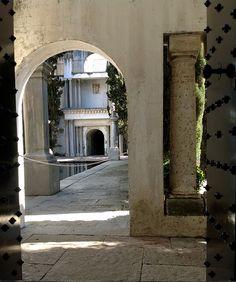 Pasear por los jardines de la Fundación Rodríguez-Acosta rodeado de columnas y arcos; todo es fuente de creatividad. ¿Qué os parece?