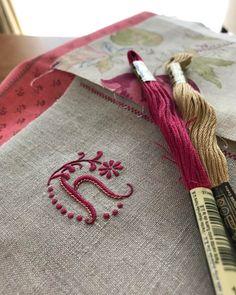 おはようございます☀ . 刺しあがったけれど、なんか手持ちのハギレと合わないような気がしてきてガサゴソ…迷走中 . Have a good day! . #embroidery #刺繍