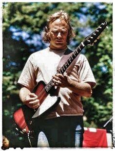 Stephen Stills 1974 with his Gibson Firebird Gibson Firebird, Crosby Stills & Nash, Rock And Roll History, Stephen Stills, Acoustic Music, Rock N Roll Music, Rockn Roll, Progressive Rock, Neil Young