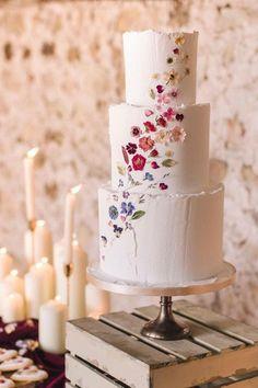 Essbare Blumenkuchen sind unser neues Hochzeitstortenaroma (des Jahres) - wedding chicks Edible Flower Cakes Are Our New Wedding Cake Flavor (Of the Year) Essbare Blumenkuchen sind unser neues Hochzei Wedding Cake Edible Flowers, Small Wedding Cakes, Floral Wedding Cakes, Floral Cake, Wedding Cake Designs, Flower Cakes, Cake Wedding, Wedding Cake Vintage, Best Wedding Cakes