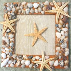 gerecycled fotolijstje van de kringloop, met schelpen en zeesterren
