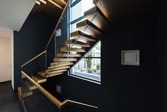 Kragarmtreppe mit transluzenten Stufen aus Holz Stairs, Home Decor, Stair Treads, Hand Railing, Timber Wood, Stairway, Decoration Home, Room Decor, Staircases