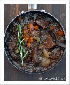 Geschmortes Rindfleisch in Rotwein mit Puy-Linsen und Selleriepüree - Ines kochtGeschmortes Rindfleisch mit Linsen nach einem royalen Rezept  http://www.ineskocht.de/geschmortes-rindfleisch-rotwein-mit-puy-linsen-und-selleriepueree/ Ragout, Gulasch, Carolyn Robb, beef stew, königlich und köstlich