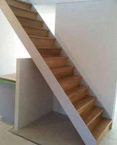 Steektrap met eiken treden en eiken stootborden #steektrap #rechte trap # eiken #traptreden www.trabotrappen.nl