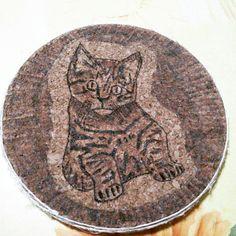 Il primo oggetto di artigianato. Un sottopentola in sughero con disegno al pirografo. Con bordo di spago. #pirografo #pirografia #pirografy #gattino