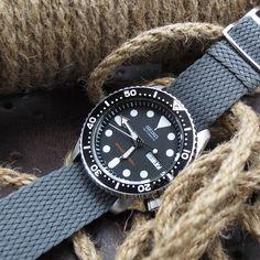 Friday with this grey Perlon strap on Seiko #SKX007 #Strapcode #perlon…