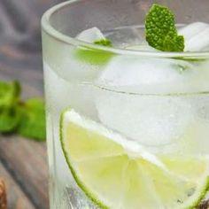 Yeşil Çay, Nane ve Misket Limonu Aromalı Su: Bu aromalı su yağ yakımı, sindirimi düzenleme, baş ağrılarından kurtulma, kabızlık ile savaşma ve nefesi tazeleme gibi konularda çok etkilidir. Kendinizi tazelemek için çok soğuk tüketebilirsiniz ve hatta daha iyi sonuçlar için boş mideye tüketilmesini ve gün boyunca birkaç bardak içilmesini öneriyoruz.