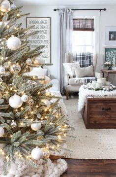 Try over 20 rustic Christmas design ideas for your apartment decor – christmas decorations Farmhouse Christmas Decor, Cozy Christmas, Christmas Design, Rustic Christmas, Christmas Holidays, White Christmas, Modern Christmas, Minimalist Christmas, Cottage Christmas Decorating