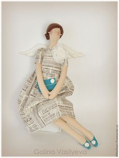 this tilda doll says it all. hmmm....could it be because of her news-printed dress? or her formal hair-do? oooh, i just LOVE the entire ensemble! CUTENESS for sure!!....