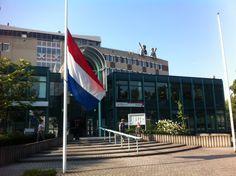Het stadhuis in Bergen op Zoom heeft de vlak halfstok hangen.