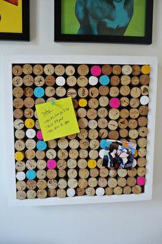 selbstgemachtete pinnwand aus weinkorken dekoriert mit acrylfarbe, arbeitszimmer