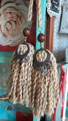 Linen color tassels embellished with wooden beads and metallic ornaments, The result is great. Tassel Jewelry, Fabric Jewelry, Creative Crafts, Diy Crafts, How To Make Tassels, Hanging Crystals, Boho Diy, Wooden Beads, Crochet Flowers