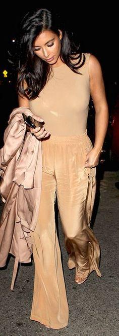 Kim Kardashian's beige trench coat, tan bodysuit, and nude ankle strap sandals Kim K Style, Mode Style, Kardashian Style, Kardashian Fashion, Glamorous Evening Gowns, Beige Trench Coat, Beige Outfit, Nude Dress, Shoes