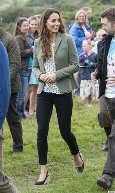Kate Middleton making her first public/event appearance since the birth of baby George, looking chic in a Ralph Lauren green blazer, a Zara polka dot top and Paige Denim skinny jeans. Looks Kate Middleton, Estilo Kate Middleton, Kate Middleton Outfits, Blazer Outfits, Casual Outfits, Mode Outfits, Fashion Outfits, Lässigen Jeans, Skinny Jeans