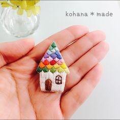 虹の屋根のお家の刺繍ブローチ
