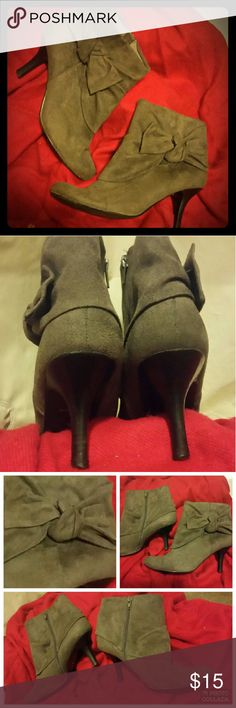 """💕🐮Cow Friendly Grey Booties by Apt. 9🐮💕 🕭💰PRICED TO SELL💰🕭  Super cute and comfy grey booties will go with just about any outfit!  🐮 100% Man made material  🐮 Zip up side closure 🐮 Great pre-owned condition  🐮 2.5"""" heel 🐮 Austetic monochromatic bows on side   They only signs of wear are only soles  Lots of life left in these adorable shoes! Apt. 9 Shoes Ankle Boots & Booties"""