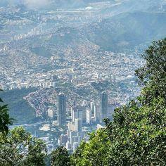 Excelente lunes! Fotografía cortesía de @vicalejsp -  Caracas desde lo alto -  #LaCuadraU #GaleriaLCU #Caracas #caracashermosa #regrann