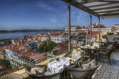 Rooftop Bars in Lissabon, hier im Hotel Bairro Alto. Hotels In Portugal, Lisbon Portugal, Places Worth Visiting, Places To Visit, Spas, Paris Rooftops, Portuguese Culture, Iberian Peninsula, Paris Restaurants