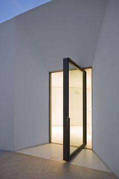 Recessed entry, pivot door. Museu do Farol de Santa Marta. Aires Mateus Associados.