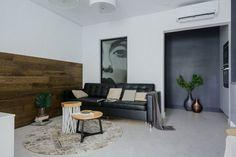 Modern lakberendezés új építésű kis lakásban - 39m2-es keskeny egyszobás tér ügyes kialakítása - zónák, funkcionalitás Tiny Spaces, White Flats, Living Room Kitchen, Studio Apartment, Dining Bench, Condo, Sweet Home, Bedroom, Modern