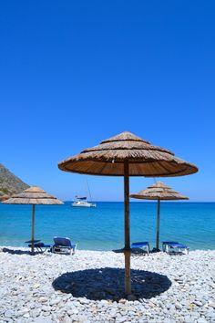 Plakan hurmaava ranta tunnetun Spinalonga-saaren edustalla kutsuu leppoisaan rantapäivään. #Plaka #Aurinkomatkalla #Kreeta #Kreikka #matkailu #ranta #aurinkomatkat