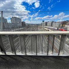 #Brücken und #Stege haben für mich etwas #Magisches eine #spirituelle #Dimension. Jede für sich ist ein #Kunstwerk ein #Effort der #Überwindung von #Hindernissen die meist für sich selbst eine #Faszination ausüben wie z.B der #Negrellisteg über das #Geleisfeld des #Hauptbahnhofes der #Stadt #Zürich. Die #Geschichte des Negrellisteges ist lang so lang und #kurvenreich und von #Enttäuschungen begleitet dass ich mich darüber #ärgern könnte. #Könnte. Stattdessen #freue ich mich über das… Louvre, Building, Photography, Travel, Food, Spiritual, Artworks, City, History