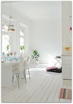 Colourful details in a totally white background interior