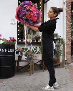 Le fleuriste fier de son bouquet qui scrute les détails;) 📷 Crédit photo instagram @anflor.by